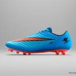 El botín de fútbol Nike Hypervenom cuenta con un Azul laguna superior y un Swoosh carmesí