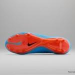 El botín de fútbol Nike Hypervenom cuenta con un Azul laguna superior y un Swoosh carmesí - Tapones