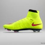 El botín de fútbol Nike Mercurial cuenta con un Volt superior y un Swoosh rosa