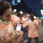Una participante agrega kilómetros a su Nike+ Running App y múltiples sesiones de entrenamientos con la app Nike+ Training Club (N+TC) - Nike We Run 21K México