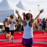 Media Maratón Nike Women San Francisco 2015 Alfombra roja con los brazos en alto