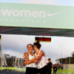 Media Maratón Nike Women San Francisco 2015 Las ganadoras abrazadas