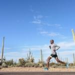 Abdi Abdirahman correindo con las zapatillas para running Nike Flyknit Racer color Blue Cactus