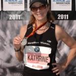 Kathrine Switzer, de 64 años de edad, en la meta de su maratón número 39, BMW Maratón de Berlín de 2011. Crédito: marathonfoto.com