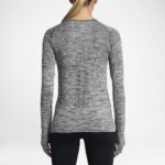 Camiseta mangas largas para correr Nike Dry Knit para mujer color gris - detalle reflectante posterior