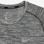 Camiseta para correr Nike Dry Knit para hombre color gris claro - detalle Nike Dri Fit