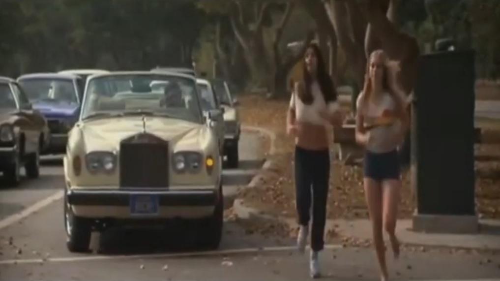 Película 10 (1979) chica sexy corriendo descalza