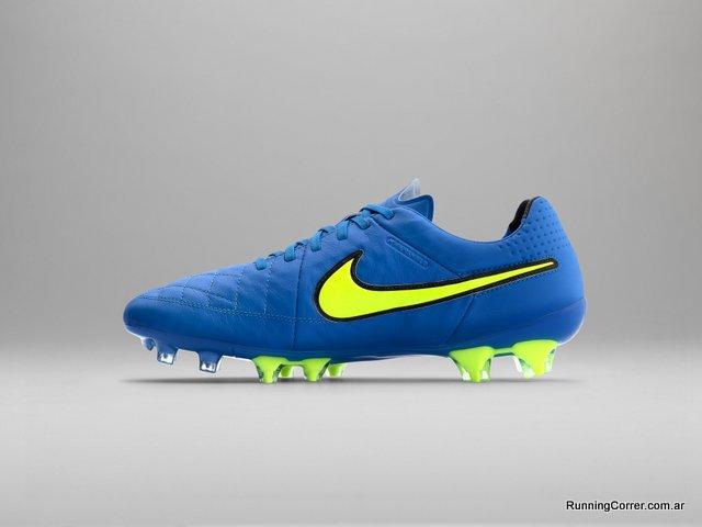 El botín de fútbol Nike Tiempo cuenta con un Azul superior y un Swoosh Volt