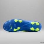 El botín de fútbol Nike Tiempo cuenta con un Azul superior y un Swoosh Volt - Tapones