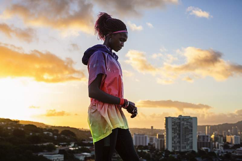 Valerie Julian, Sunset Windrunner Poncho y Pantalón - Nike Track Field Mujer