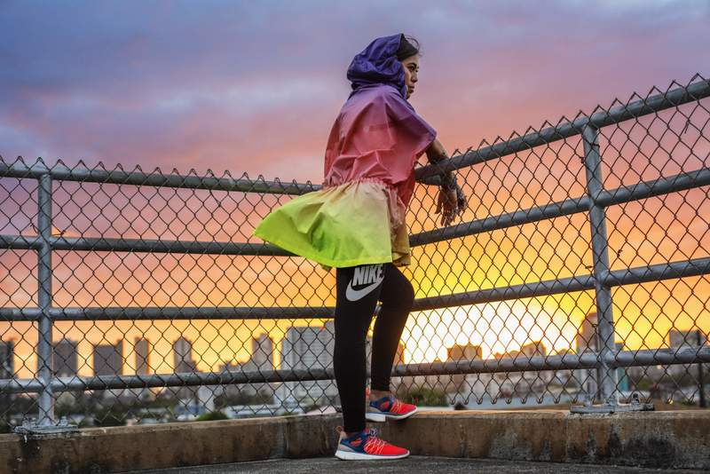 Valerie Julian, Sunset Windrunner Poncho y Calzas - Nike Track Field Mujer