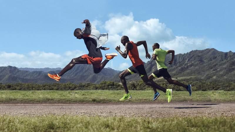 Atletas del equipo nacional de Kenia Barnabas Kipyego, Micah Kogo y Jonathan Kiplimo Sawe entrenando en zapatillas Nike Free