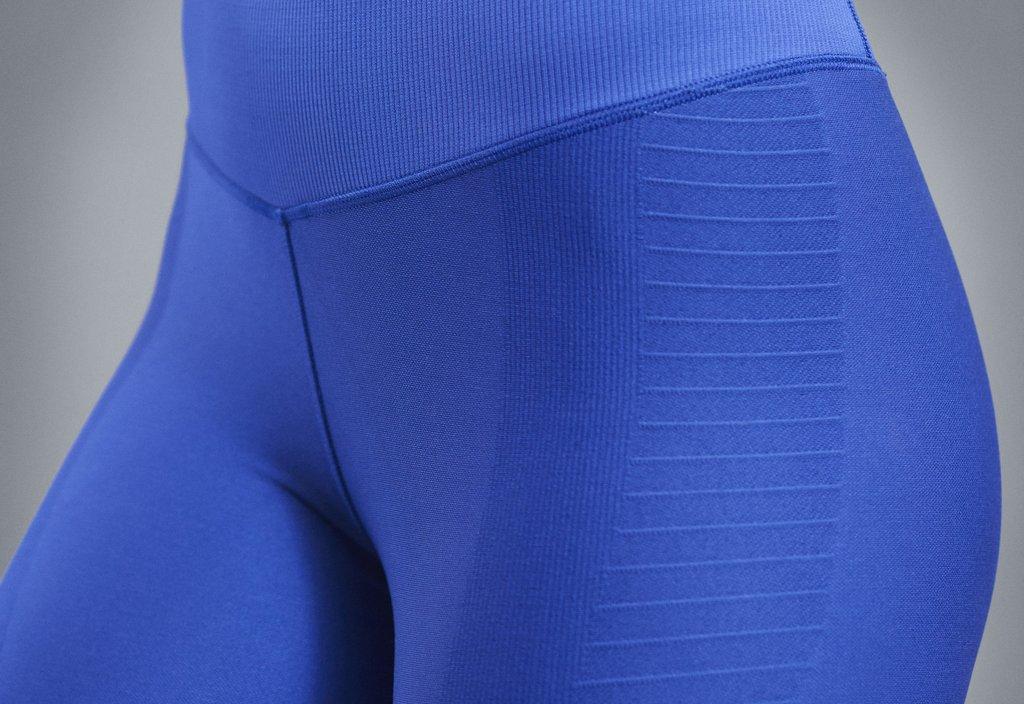 Malla o calza de entrenamiento Nike Zoned Sculpt para mujeres - Detalle cadera