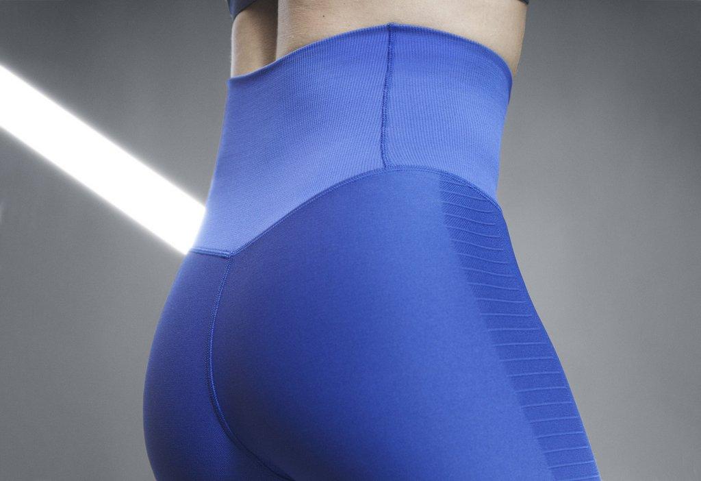 Malla o calza de entrenamiento Nike Zoned Sculpt para mujeres - Detalle gluteos