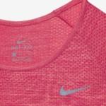 Camiseta mangas largas para correr Nike Dry Knit para mujer color rojo carmesí - detalle Dri Fit